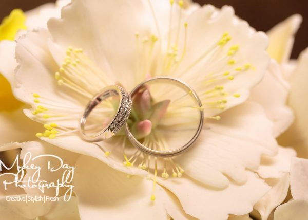 wedding rings on wedding cake flowers, beautiful macro rings photo